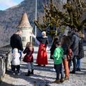 Führung mit historisch gekleideter Person auf Schloss Greyerz.