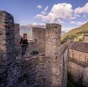 Castello Sasso Corbar in Bellinzona. Frau auf Schloss geniesst Aussicht.