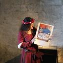 Frau mit Plakat im Schloss Chillon