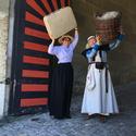 Zwei Frauen mit Körben im Eingangstor zum Schloss Burgdorf.