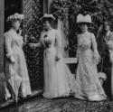 Drei illustre Damen auf historischem Foto auf Schloss Heidegg