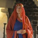 Mittelalterdame gekleidet in orangeblauem Kleid auf Schloss Thun
