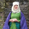 Mittelalterdame im grünvioletten Kleid auf Schloss Habsburg