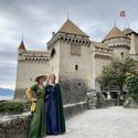 [Translate to it:] Zwei Damen in Mittelalterkleidung vor Schloss Chillon.