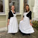 [Translate to it:] Zwei Dienstmädchen vor dem Schloss Oberhofen.